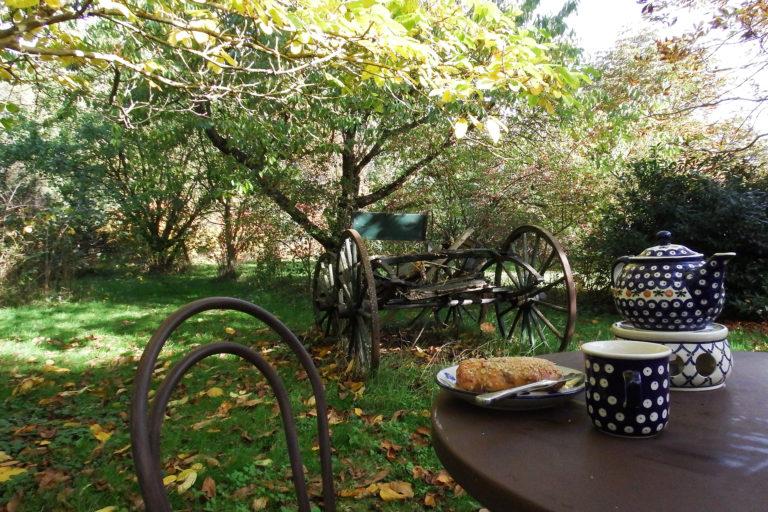 Teestunde im Herbstgarten